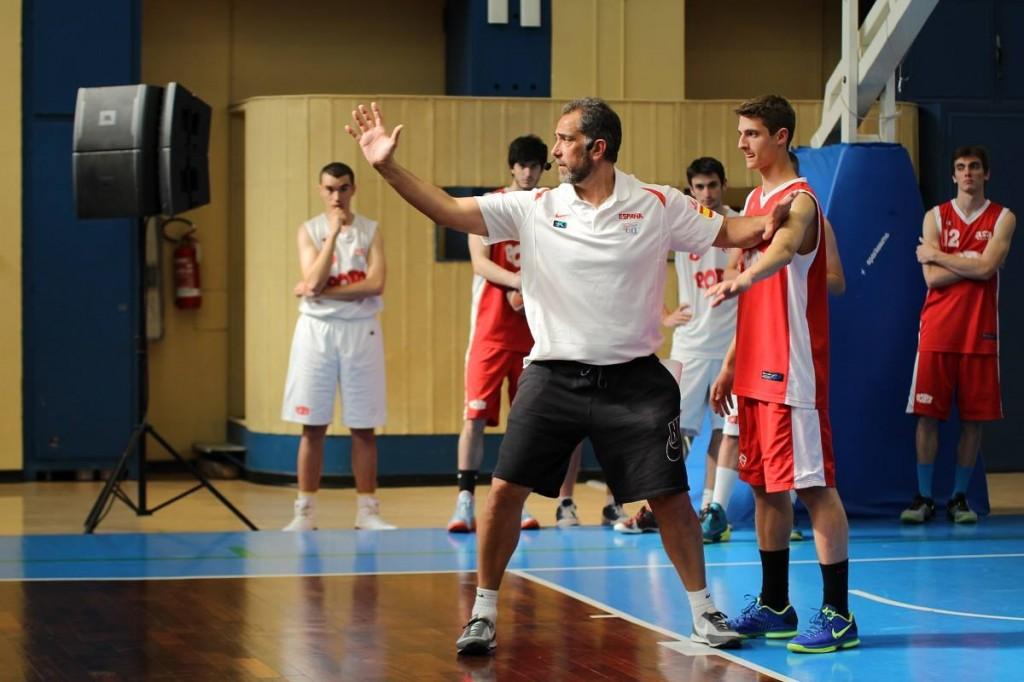 Juan Orenga, en plena acción, en el Clínic Internacional (para Entrenadores) de la Final Four (de la Euroliga) 2014 de Milano