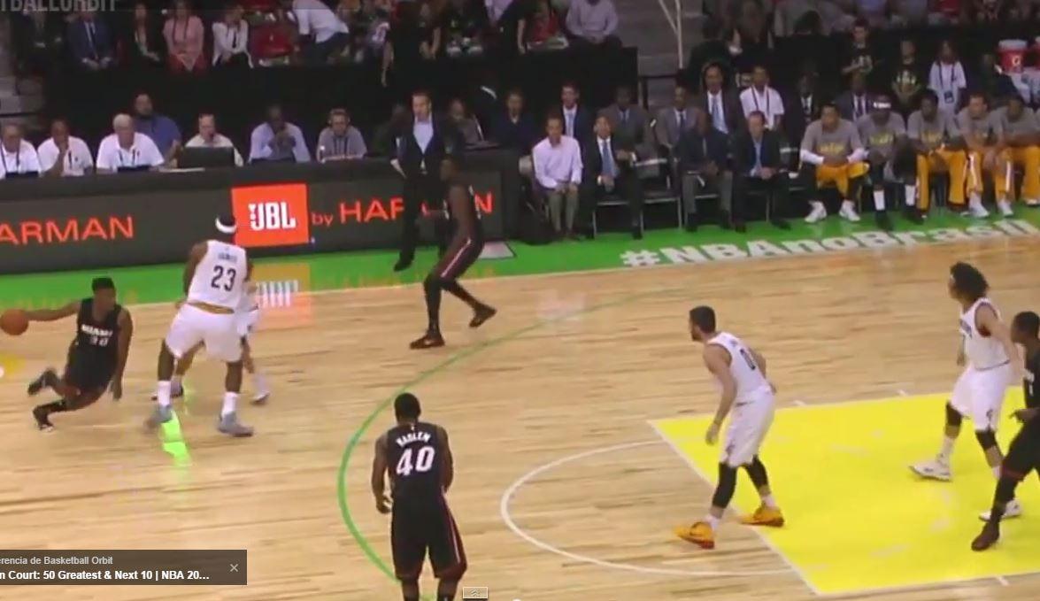 En esta captura de pantalla podemos ver cómo LeBron James, estando en Defensa, le pone un Bloqueo a un Compañero de Equipo (Cleveland Cavaliers) del que se beneficia el Base del Equipo Contrario (Miami Heat)