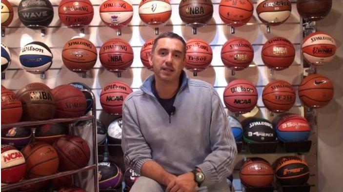 En esta foto podemos ver a Jota Cuspinera rodeado de balones de Baloncesto