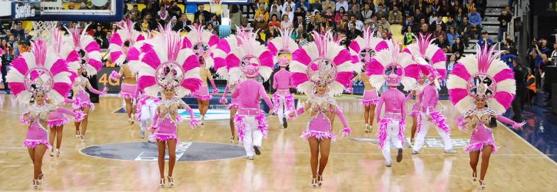 En esta foto podemos ver uno de los momentos del Carnaval que nos acercaron a los que estábamos en el Gran Canaria Arena durante la Final de la Copa ACB 2015 de Las Palmas de Gran Canaria