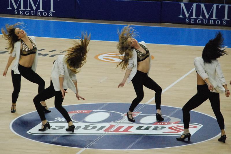 En esta foto, realizada por @TKvuestrobasket para devuestrobasket.com, podemos ver a 4 de las 8 Cheerleaders del Madrid en el Partido en el que Ayer consiguieron la Victoria ante el Barcelona, en el Top 16 2015 de la Euroliga