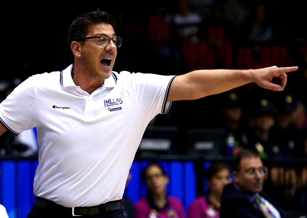 En esta foto podemos ver a Fotis Katsikaris, el Seleccionador de Grecia, durante un Partido de la Pasada Copa del Mundo FIBA, FIBA World Cup Spain 2014,  contra Argentina, en Sevilla, durante la Fase de Grupos, durante la Primera Fase
