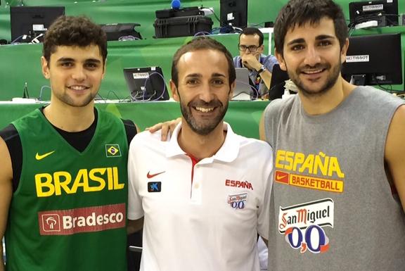 En esta imagen podemos ver a Sito Alonso junto a Ricky Rubio y a Raulsiño Neto, en Granada, durante la celebración de la Primera Fase, la Fase de Grupos, de la FIBA World Cup, Copa del Mundo, de Spain 2014, el Pasado verano