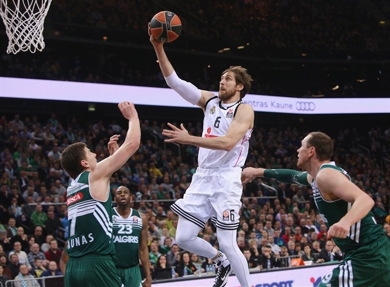 Andrés Nosioni, el Jugador Interior Más Valorado del Partido, vuela hacia la canasta, en el Kauno Arena, por encima de 2 Jugadores de Salguiris