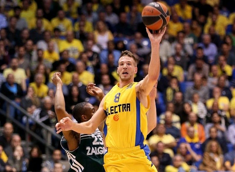 En esta foto podemos ver a Nate Linhart, Jugador del Maccabi, en una acción de juego del Último Partido de este Top 16 2015 de la Euroliga disputado por este Equipo, como Equipo Local, la semana pasada