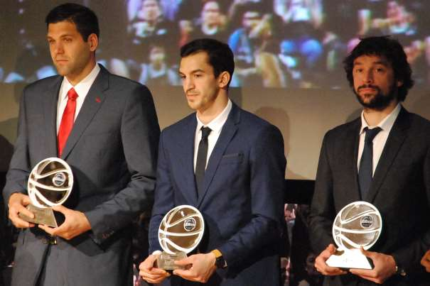 En esta foto, tomada por devuestrobasket, podemos ver a Sergio Llull, a Felipe Reyes y a Pau Ribas posando junto a los Trofeos recibidos como integrantes del Quinteto Ideal de la Temporada ACB