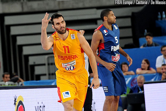 En esta foto podemos ver a Fernando San Emeterio en su Última participación con la Selección, en el EuroBasket 2013 de Eslovenia, tras anotar un Triple. También podemos ver al Jugador de Francia, y de la NBA, Nicolas Batum