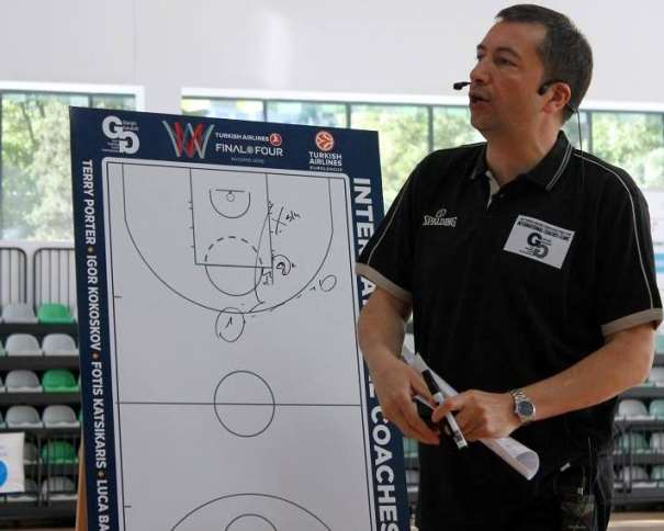 En esta foto podemos ver a Luca Bianchi durate la Primera Conferencia del International Euroleague Final Four 2015 Coaches Clinic en Madrid