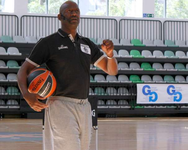 En esta foto podemos ver a Terry Porter, Entrenador NBA, dirigiéndose a los Asistentes al International Euroleague Final Four 2015 Madrid Coaches Clinic
