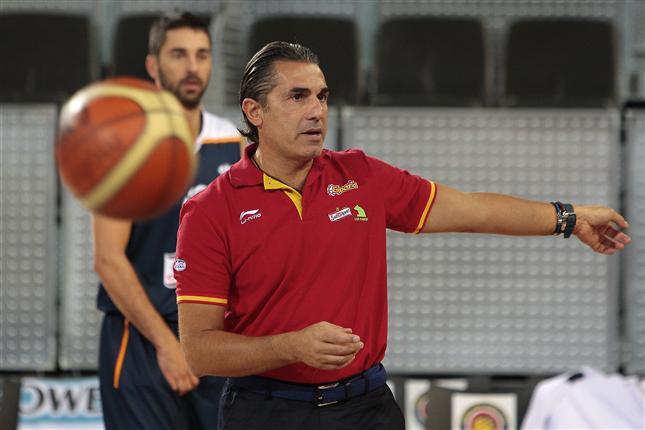 En esta foto, del Archivo de la FEB, podemos ver a Sergio Scariolo en su anterior etapa de 4 años de Seleccionador, en un entrenamiento con la Selección, con Juan Carlos Navarro de fondo