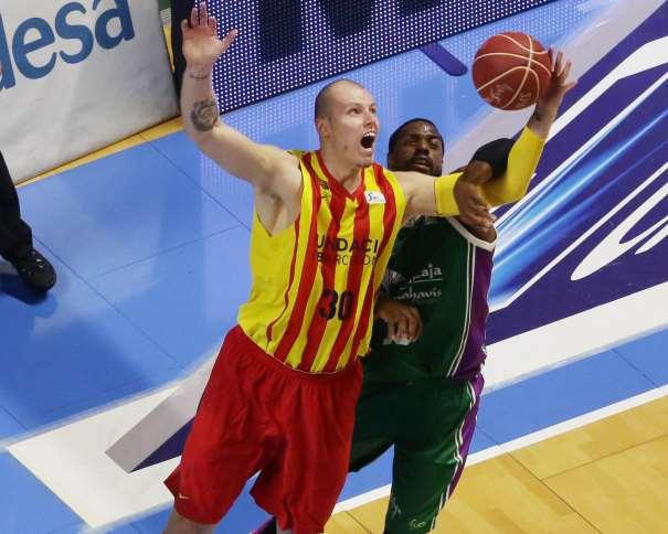En esta foto podemos ver a Maciej Lampe, Jugador polaco del Barcelona, disputando un Rebote con uno de los Jugadores estadounidenses del Málaga, en el Partido de Ayer, Cuarto Partido de esta Semifinal ACB 2015, en el que el Málaga consiguió el Empate a 2 y forzar el Quinto, que se disputará mañana, domingo, en Barcelona
