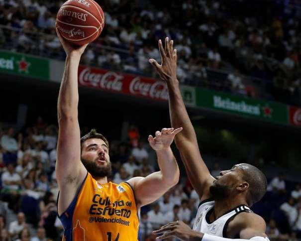 En esta imagen podemos ver a Boian Dublievitch, Jugador del València ejecutando un lanzamiento a canasta ante la oposición de Marcus Slaughter, Jugador del Madrid, en el Primer Partido del Playoff ACB de Semifinales 2015