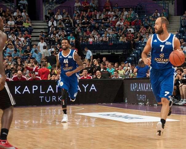En esta foto podemos ver a Vasílis Spanúlis conduciendo el balón en un momento del Partido de Exhibición organizado por BeoBasket, agencia de Contratación de Jugadores, Jugadoras y Entrenadores