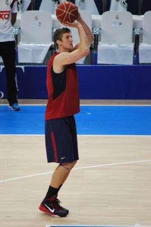 En esta foto podemos ver a Justin Doellman, Jugador del Barcelona, durante el Calentamiento Previo al Partido de Ayer, antes del Segundo Partido del Playoff Final ACB 2015, en el que volvieron a ser Derrotados, por Segunda vez, de forma Consecutiva
