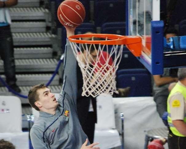 En esta foto, tomada por devuestrobasket, podemos ver a Mario Héssoña, Jugador croata del Barcelona, durante el calentamiento pre Partido del Primer Partido del Playoff Final ACB 2015 disputado en Madrid