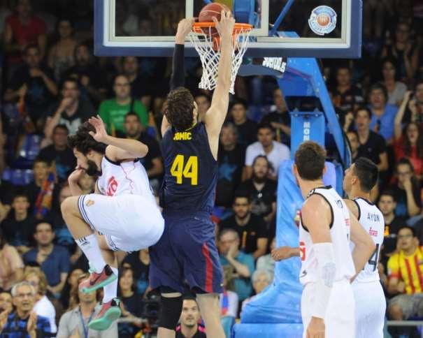 En esta foto podemos ver a Ante Tomitch, Jugador croata del Barcelona, en el momento de hacer un Mate, con la oposición de Sergio Llull y con Gustavo Ayón y Rudy Fernández observando, en el Tercer Partido del Playoff Final ACB 2015