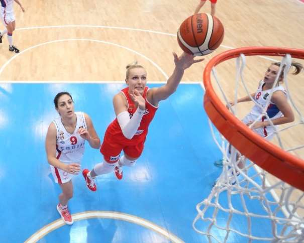 En esta foto podemos ver a Yelena Leuchanka, Jugadora bielorrusa, Octava Máxima Anotadora del EuroBasket Women 2015, en una acción de finalización al aro