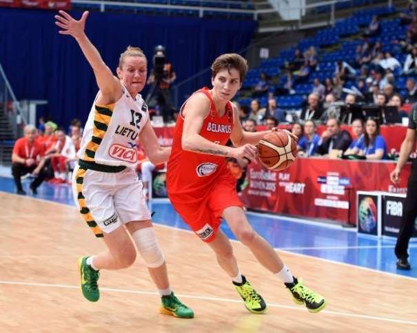 En esta foto podemos ver a Katsiaryna Snytsina en un momento del Partido de Cuartos de Final de este EuroBasket Women 2015 en el que Eliminaron a Lituania, iniciando una penetración a canasta defendida por una Jugadora lituana
