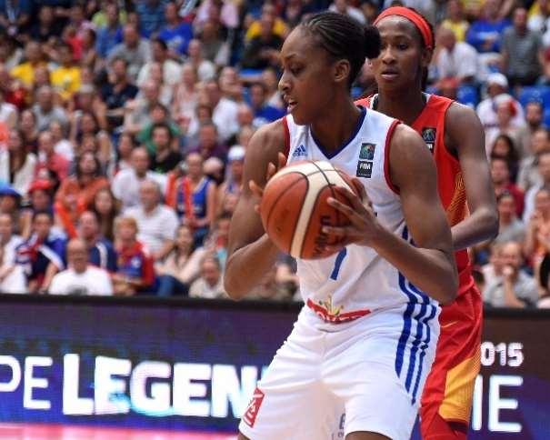 En esta foto podemos ver a Sandrine Gruda, Jugadora de la Selección Francesa, y a Astou Ndour, de la Femenina FEB, en una acción de juego del Partido de Ayer, del Partido de Semifinales del EuroBasket Women 2015 en el que Francia consiguió Clasificarse para disputar la Final de Mañana