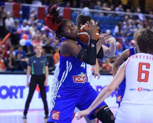 En esta foto podemos ver a Isabelle Yacoubou, Jugadora africana (beninesa) de la Selección de Francia, luchando por un balón durante este EuroBasket Femenino 2015