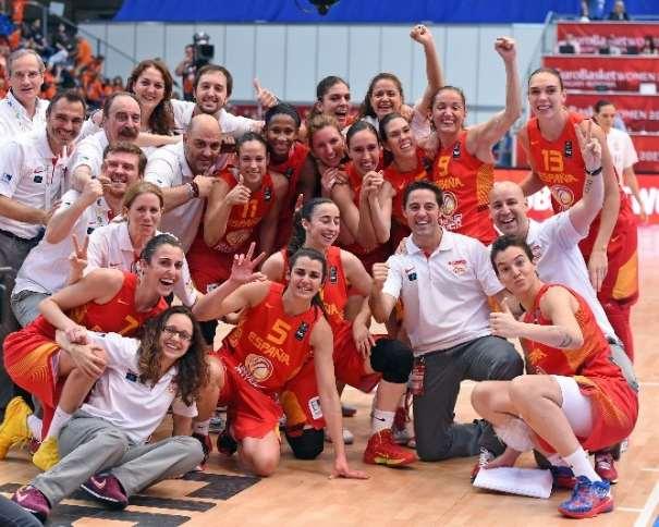 En esta foto podemos ver la alegría de la Selección Femenina FEB tras haber conseguido la Victoria en el Partido por la Medalla de Bronce del EuroBasket Women 2015 de FIBA Europe ante Bielorrusia