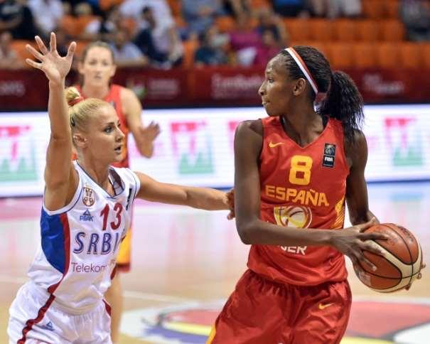 En esta imagen podemos ver a Astou Ndour, Segunda Estrella de la Selección Femenina FEB 2015 que está disputando el Eurobasket Femenino 2015 en Hungría y Rumanía, en una acción de juego de uno de los Partidos de la Segunda Fase de Grupos