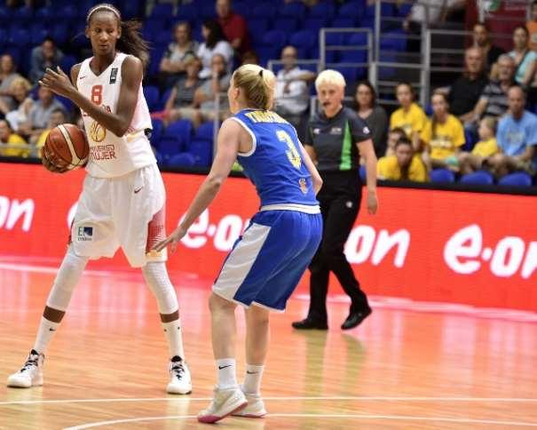 En esta foto podemos ver a Astou Ndour, Segunda Estrella de la Selección Femenina FEB 2015 que está disputando el Eurobasket 2015 en Hungría y Rumanía,, Defendida por una Jugadora de la Selección de Suecia, en el Partido de Ayer, Cuarto Partido de este Eurobasket