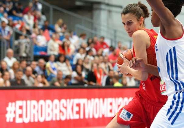 En esta foto podemos ver a Alba Torrens, Jugadora de la Selección Femenina FEB, en una acción de juego del Partido de Ayer, del Partido de Semifinales del EuroBasket Women 2015 de FIBA Europe
