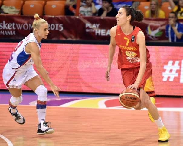 En esta foto podemos ver a Alba Torrens, Estrella de la Selección Femenina FEB 2015 que está disputando el Eurobasket Femenino 2015 en Hungría y Rumanía, en una acción de juego de uno de los Partidos de la Segunda Fase de Grupos