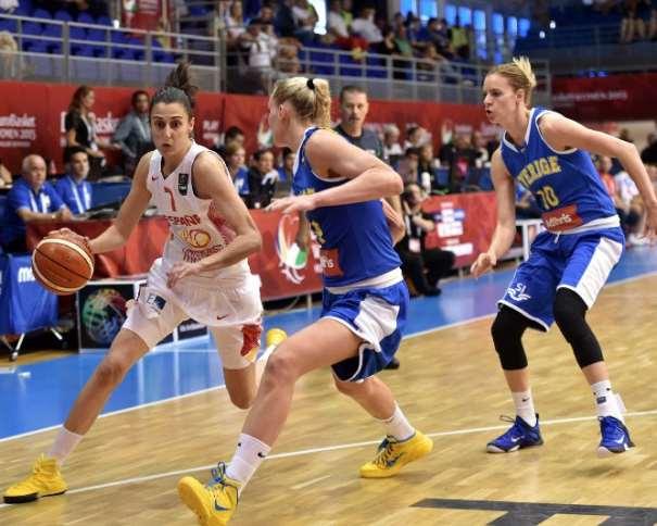 En esta foto podemos ver a Alba Torrens, Estrella de la Selección Femenina FEB 2015 que está disputando el Eurobasket 2015 en Hungría y Rumanía, Defendida por 2 Jugadoras de la Selección de Suecia, en el Partido de Ayer, Cuarto Partido de este Eurobasket Femenino