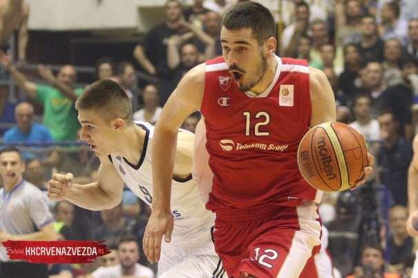 En esta foto podemos ver a Nikola Kalinitch, Jugador del Estrella Roja, conduciendo el balón en la Final de la Liga Serbia, ante el Partizan, en la Sala Pionir