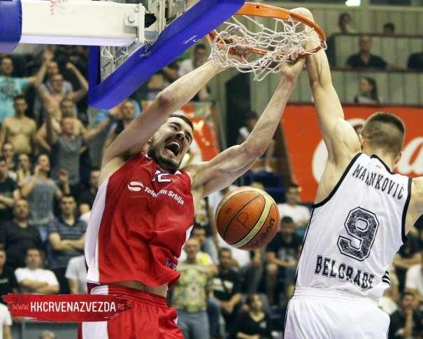 En esta foto podemos ver un Mate de un Jugador del Estrella Roja en la Final de la Liga Serbia, ante el Partizan, en la Sala Pionir
