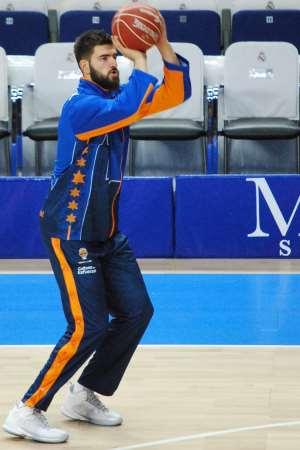 En esta foto podemos ver a Boian Dublievitch, en un momento del Calentamiento del Segundo Partido de Semifinales ACB 2015 en el que consiguieron el Empate a 1