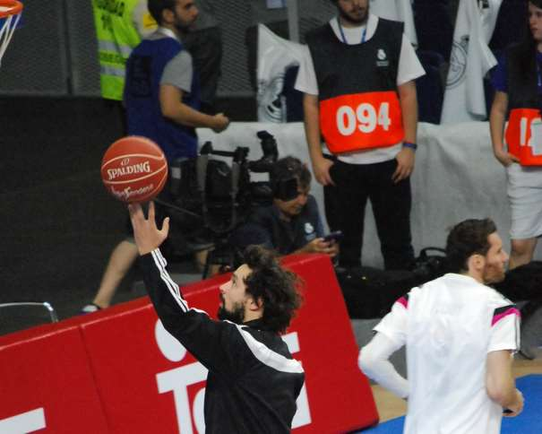 En esta foto, tomada por devuestrobasket, podemos ver a Sergio Llull, Jugador del Madrid, durante el Calentamiento Colectivo del Equipo antes del Partido de Ayer, antes del Segundo Partido del Playoff Final ACB 2015, en el que consiguieron la Segunda Victoria