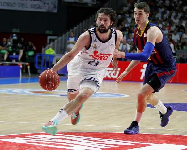 En esta foto, cedida por la propia ACB, podemos ver a Sergio Yull yéndose de Mario Héssoña, en una acción de juego del Segundo Partido del Playoff Final 2015, Partido en el que el Madrid consiguió su Segunda Victoria (Consecutiva)