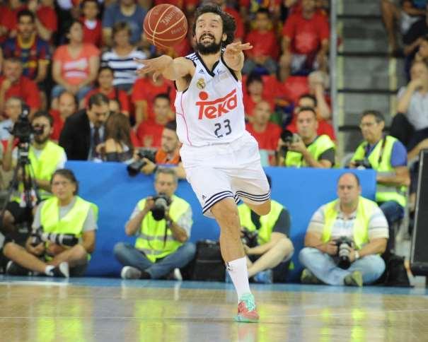 En esta foto podemos ver a Sergio Llull, Jugador del Madrid, en una acción de juego del Tercer Partido del Playoff Final ACB 2015, en el que consiguieron la Tercera Victoria lo que les permitió ser Campeones de Liga, en el momento de dar un pase