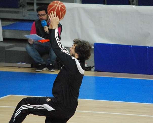 En esta foto, tomada por devuestrobasket, podemos ver a Sergio Llull, Jugador del Madrid, en un momento del Calentamiento Colectivo Previo al Primer Partido del Playoff ACB 2015 de Semifinales que está disputando contra el València