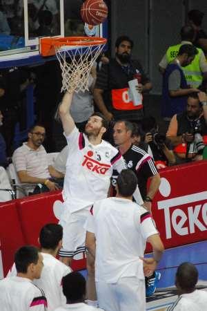 En esta foto podemos ver a Rudy Fernández, Jugador palmesano del Madrid, durante el calentamiento pre Partido del Primer Partido del Playoff Final ACB 2015 disputado en Madrid