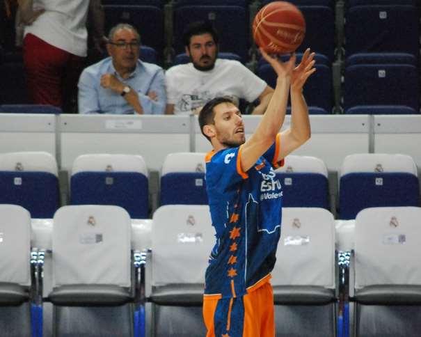 En esta foto, tomada por devuestrobasket, podemos ver a Sam Van Rossom. Base belga del València, en un momento del Calentamiento del Segundo Partido de Semifinales ACB 2015 en el que consiguieron el Empate a 1