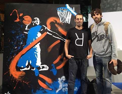 En esta foto podemos ver a Quim Moya, junto a Víctor Sada y al cuadro que pintó, en vivo, in situ, en la Presentación de la Temporada ACB 2014-2015