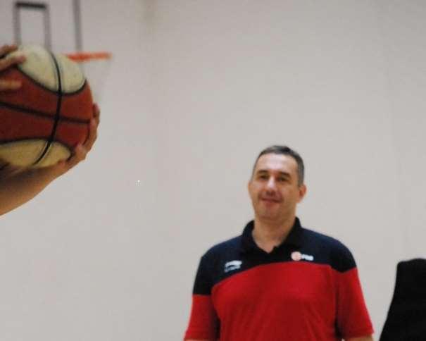 En esta foto, tomada por devuestrobasket, podemos ver a Jota Cuspinera en un momento de su Conferencia del domingo, la Primera del domingo, la Quinta y Penúltima del III Clínic de Baloncesto Campus Ourense, julio de 2015