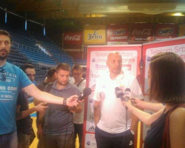 """En esta foto podemos ver al Seleccionador serbio, Aleksandar """"Sasha"""" Djordjevic, atendiendo a los representantes de los medios de comunicación en el primer día de entrenamiento"""