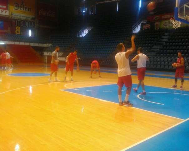 En esta foto podemos ver a algunos de los jugadores de la selección serbio durante el calentamiento individual previo al entrenamiento