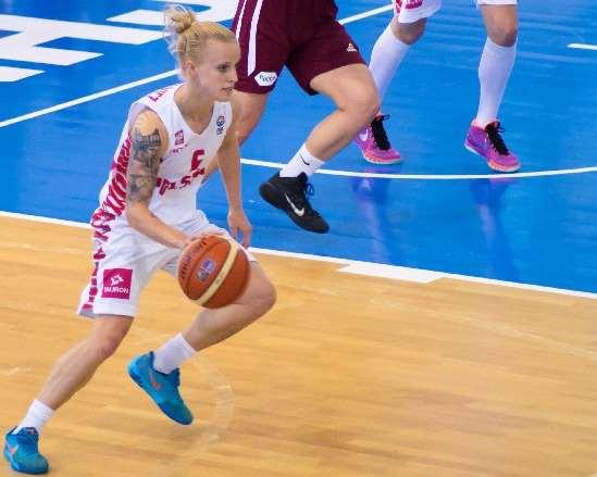En esta foto podemos ver a Angelika Stankiewicz, Jugadora polaca, Iniciando, con bote, un Ataque desde su propia zona defensiva, en el Sexto Partido que Polonia disputó, Ayer, en el EuroBasket Femenino U20 de FIBA Europe en la isla de Lanzarote, en las Localidades de Teguise y Tinajo
