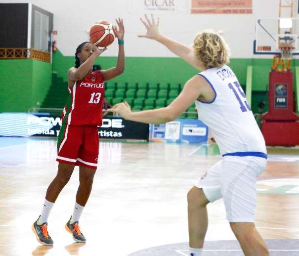 En esta foto podemos ver a la Jugadora Portuguesa Josephine Filipe, ejecutando un lanzamiento a canasta en el Partido de Ayer, ante Italia, Quinto Partido que disputa Portugal en este Europeo Femenino U20 de FIBA EUrope, en la isla de Lanzarote, en las Localidades de Teguise y Tinajo