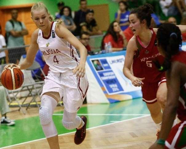 En esta foto podemos ver a la Jugadora rusa U19 Victoria Sazonova, conduciendo el balón mientras una Jugadora portuguesa intenta impedirlo, en el Séptimo Partido, el de Cuartos de Fnal, Partido disputado Ayer, en el EuroBasket Femenino U20 de FIBA Europe en la isla de Lanzarote, en las Localidades de Teguise y Tinajo