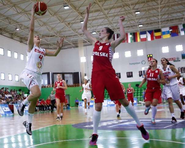 En esta foto podemos ver a Laia Flores, Jugadora de la Selección U20 Femenina FEB que Hoy disputará la Final del EuroBasket Femenino U20 de FIBA Europe en la isla de Lanzarote, en las Localidades de Teguise y Tinajo. La foto es del Partido de Semifinales de Ayer, contra Rusia y Flores está ejecutando una entrada a Canasta con la oposición de una jugadora rusa