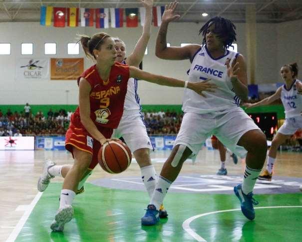 En esta foto, de la Final del EuroBasket U20 Femenino de FIBA Europe en la que la Selección U20 Femenina FEB consiguió el Oro, podemos ver a Marina Lizarazu en una acción de Penetración a Canasta Defendida por una jugadora francesa. Este EuroBasket U20 Femenino se ha disputado en la isla de Lanzarote, en las Localidades de Teguise y Tinajo