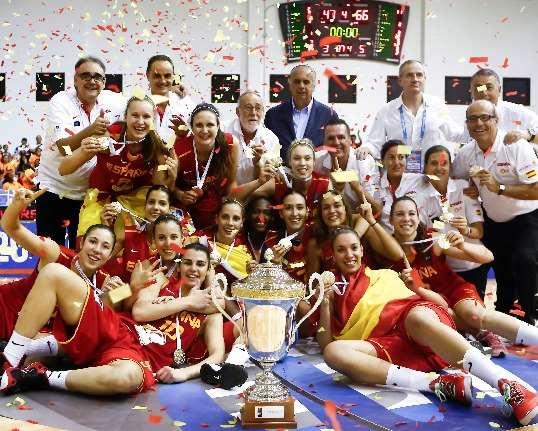 En esta foto podemos ver la típica foto de Grupo de la Selección U20 Femenina FEB con su Medalla de Oro y su Copa de Campeonas, con las Jugadoras tiradas por el suelo enseñando la medalla