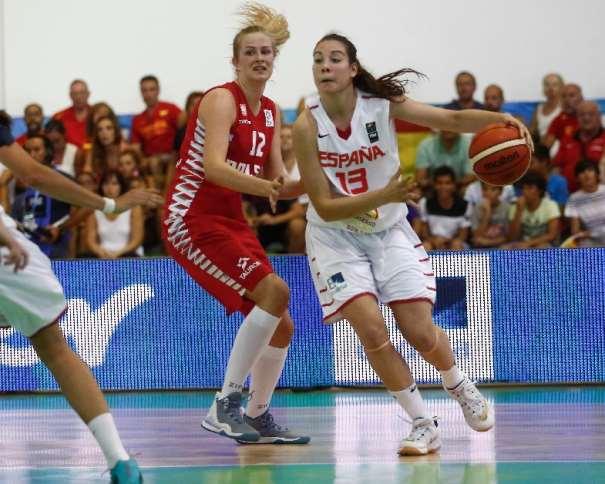 En esta foto, cedida por FIBA, podemos ver a Helena Orts, Jugadora de la Selección U20 Femenina FEB 2015, conduciendo el balón mientras una Jugadora polaca intenta impedirlo, en el Séptimo Partido, el de Cuartos de Fnal, Partido disputado Ayer, en el EuroBasket Femenino U20 de FIBA Europe en la isla de Lanzarote, en las Localidades de Teguise y Tinajo